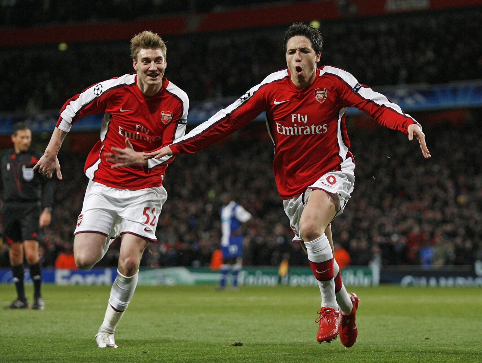 NASRI: Bendtner feirer med Samir Nasri, etter at sistnevnte har scoret for Arsenal.