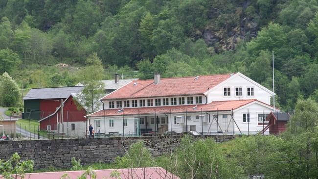 Leirvik skule vart lagd ned i 2002. Foto: Ottar Starheim, NRK.