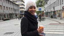 Med lue, skjerf og varm drikke holder Livia Barros Laub varmen. Brasilianeren studerer i Bodø der temperaturen i dag ligger på ti grader. – Når det regner blir det mye grønnsak- og tomatsuppe, sier hun.