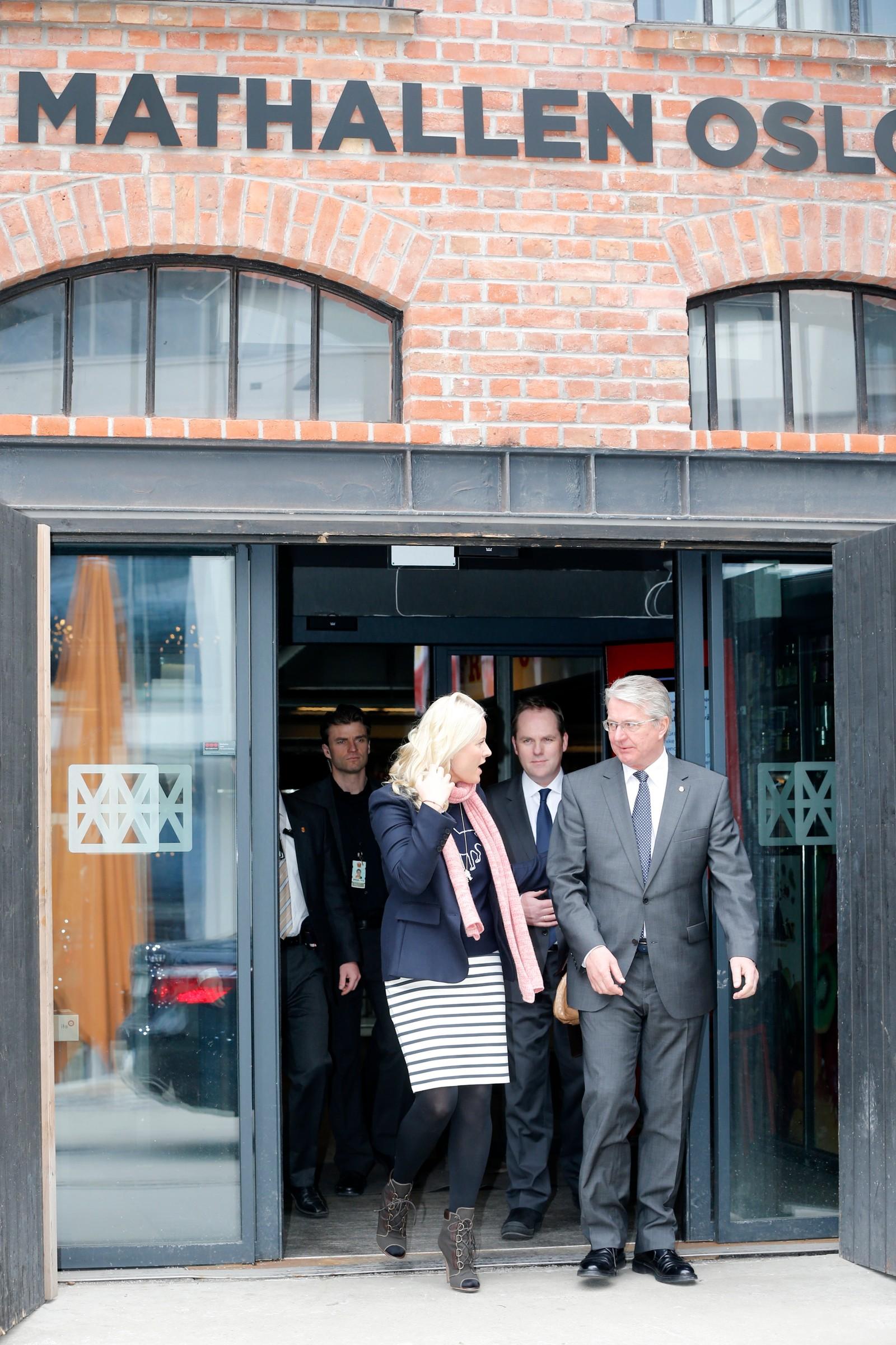 Kronprinsesse Mette-Marit og ordfører Fabian Stang etter en snarvisitt på Mathallen Oslo etter besøket på arbeidstreningsbedriften PS: Hotell, Vulkan i Oslo.