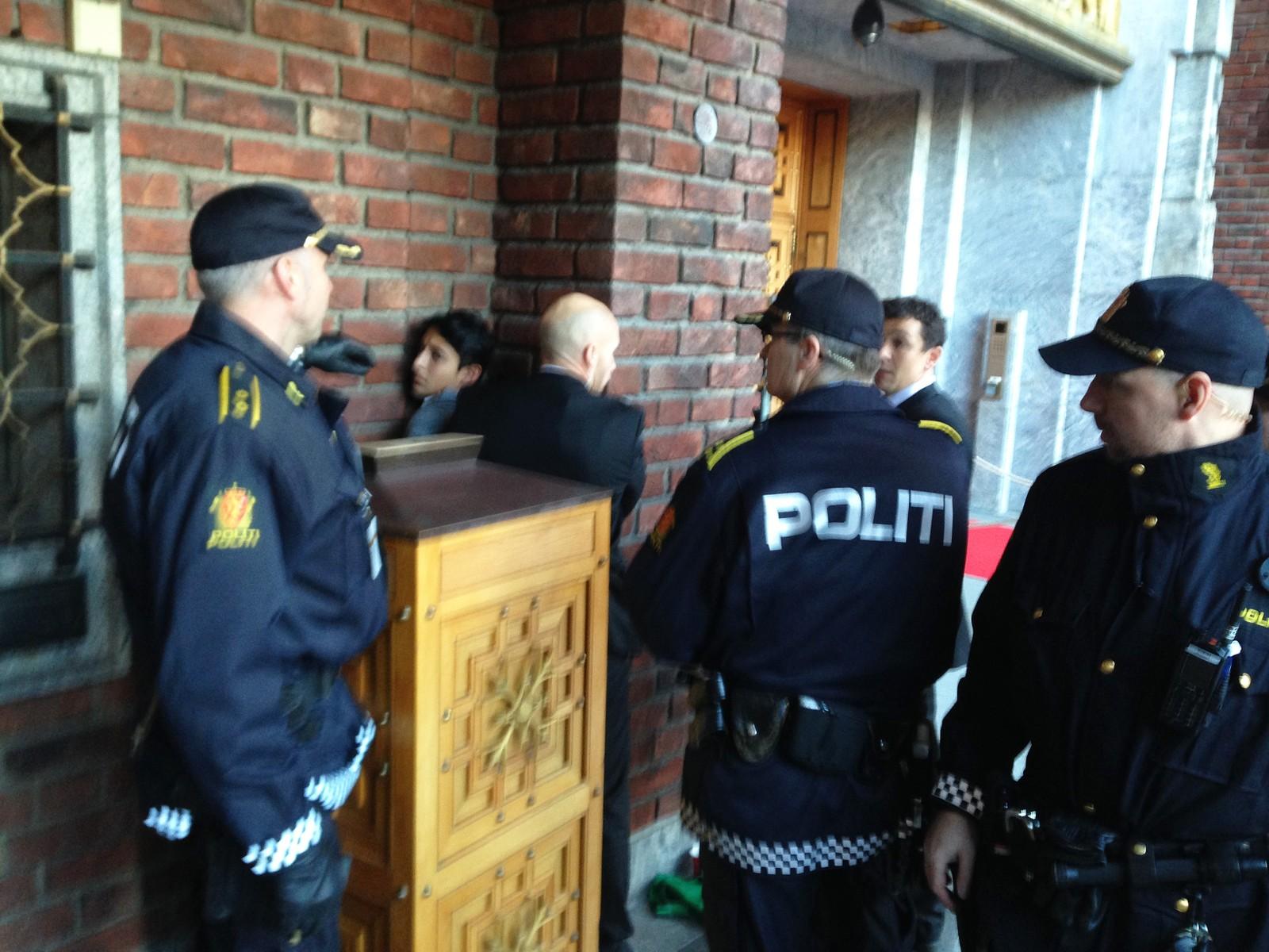 TATT HÅND OM: Utenfor Rådhuset ble mannen holdt fast av flere politimenn.