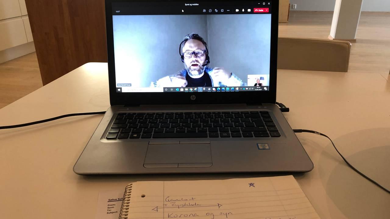 Hjemmekontor. Intervju med Hans Thorvald Haugo. Han er på skjermen, foran ligger blokk og blyant.