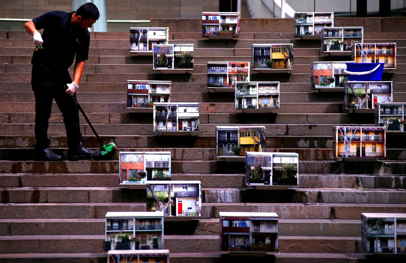 Trappen må vaskes. Bilder av rekkehus er stilt ut i Sydney i Australia.