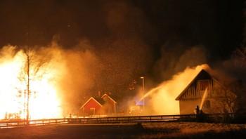 Prøver å sløkkje brannen i Lærdal
