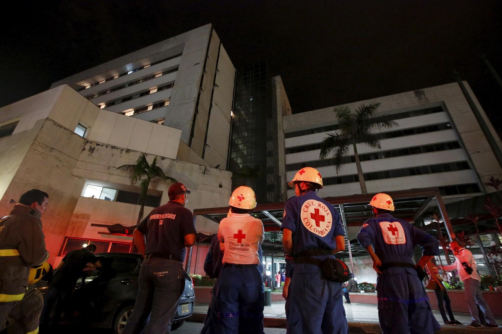 Redningsarbeidere venter utenfor et evakuert sykehus i den colombianske byen Cali, hvor man også merket skjelvet.
