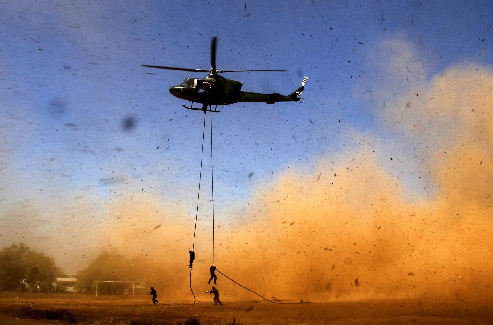 Soldater firer seg ned fra et helikopter under en anti-terror-øvelse i Makassar, Indonesia.