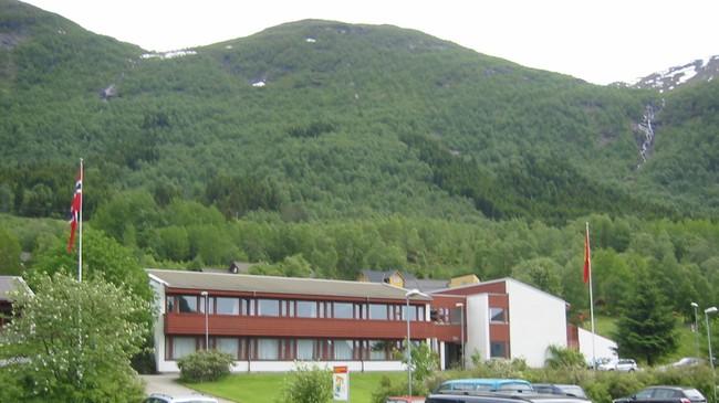 Dagens kommunehus på Skei. Foto: Ottar Starheim, NRK.