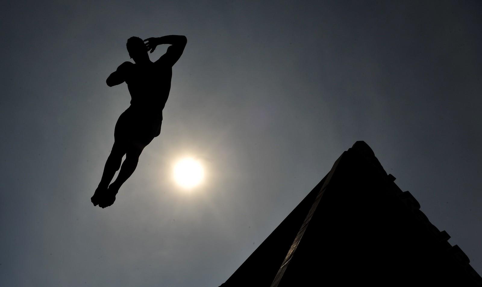 Også denne karen deltar i en stupekonkurranse. Denne finner sted i den bosniske byen Mostar, og deltakerne hopper fra byens velkjente, 28 meter høye bro over elva Neretva.