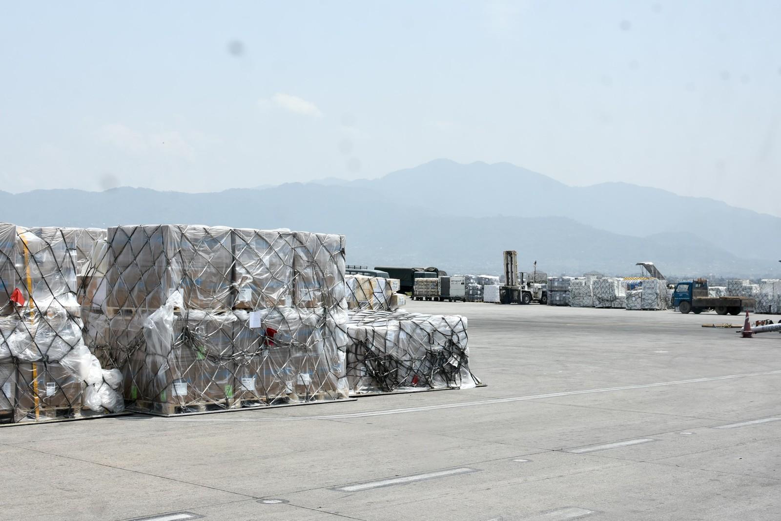 Det ble stående nødhjelp på flyplassen som tok lang tid før den kom ut til folk.