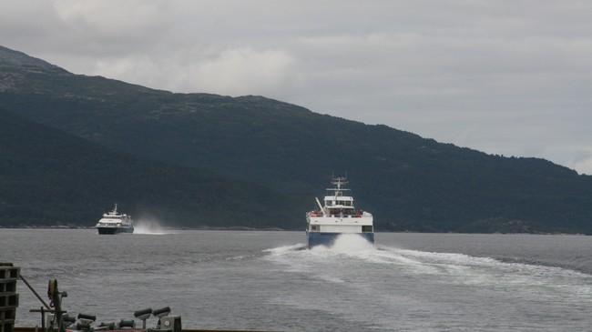 To ekspressbåtar på Sognefjorden. Foto: Kjell Arvid Stølen, NRK.