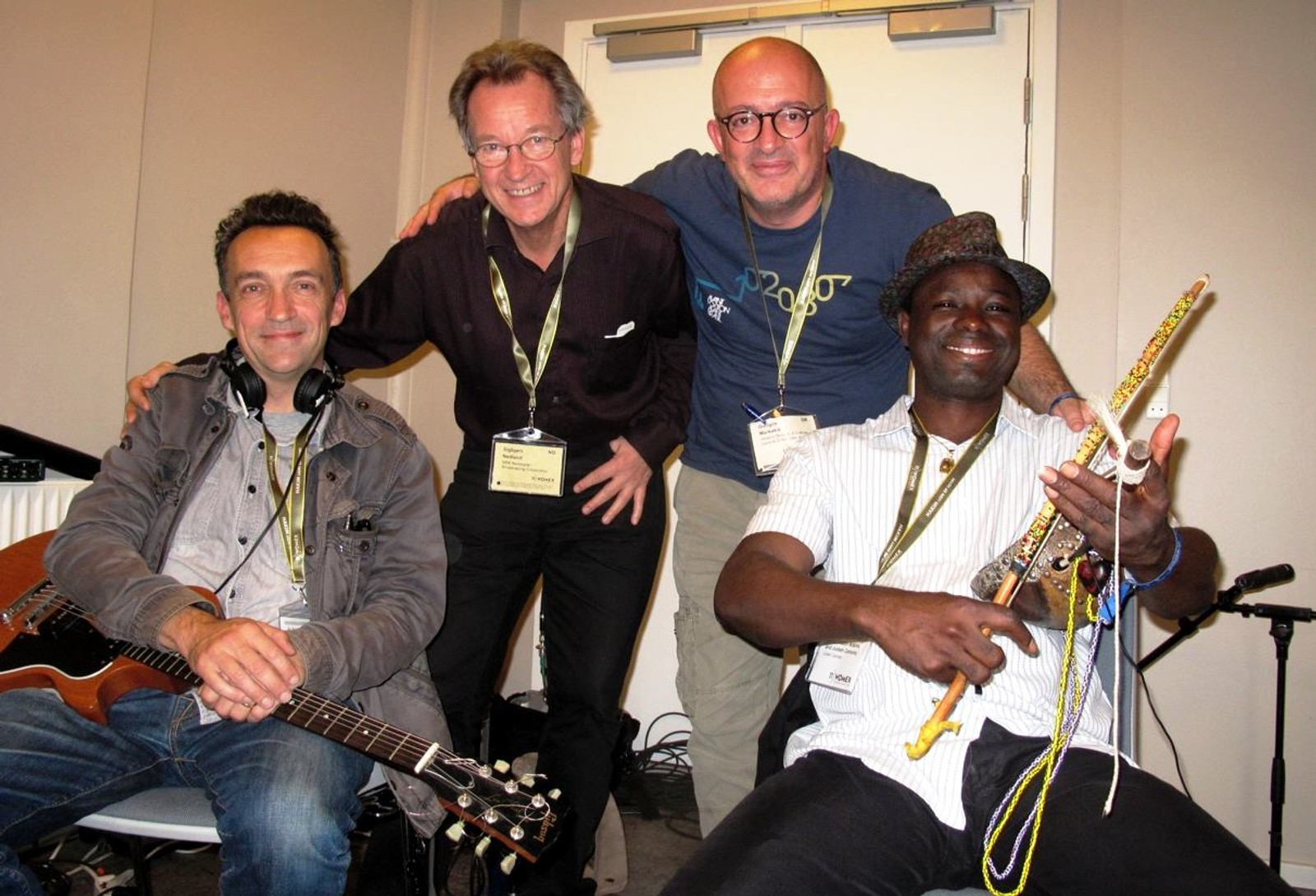 Sigbjørn og vår greske kollega Georgios Markakis sammen med Justin Adams, den gamle gitaristen til Robert Plant, og Juldeh Camara etter et program som fikk «hederlig omtale» fra Prix Europa (et slags europamesterskap i radio.)