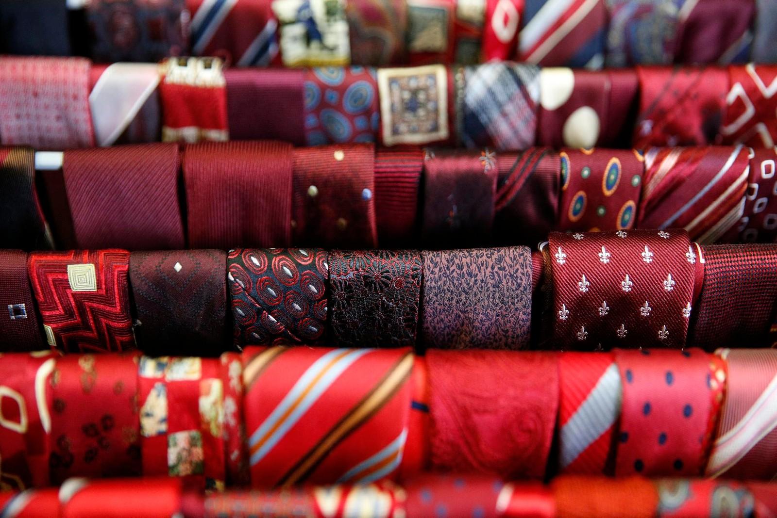 Et utvalg av slips på Kostymelageret.