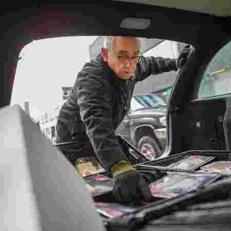 Kjell rydder plass i bagasjerommet til mat
