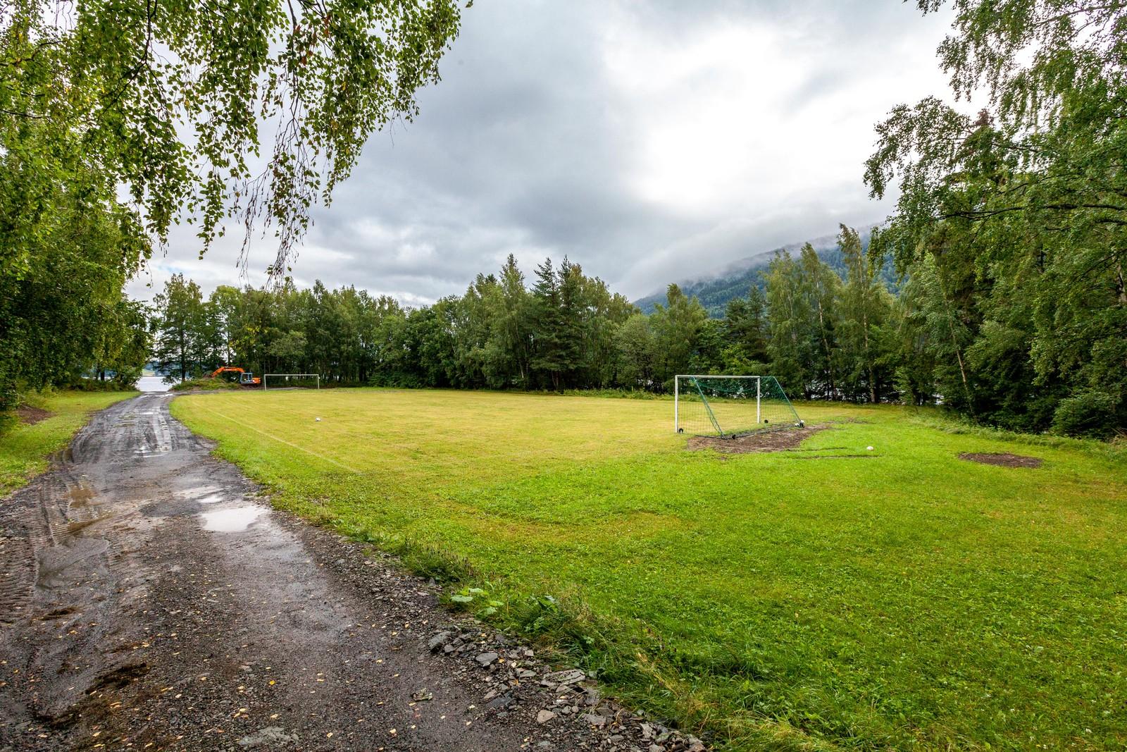 Fotballbanen har fått en ansiktsløfting og er godkjent av Norges fotballforbund.