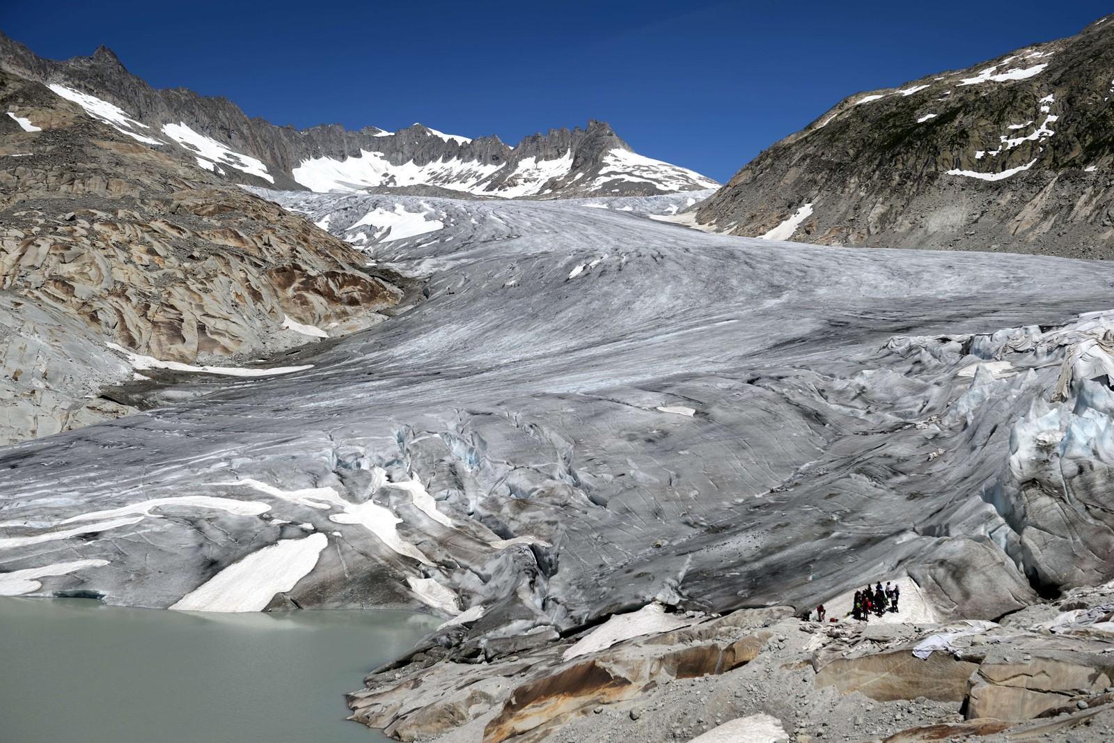 Rhonebreen er eit turistmål i Sveits, men mykje smelting har først til at store deler av breen no vert dekka av dukar som skal beskytte isen.