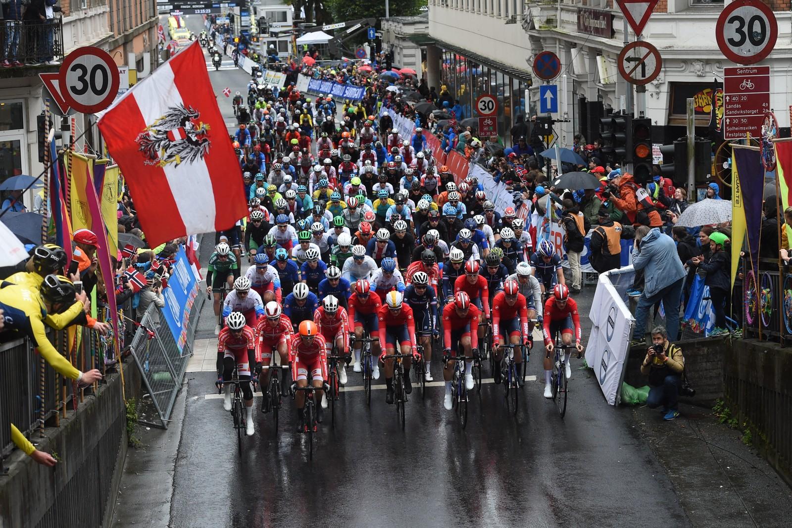 Bergen under fellesstart menn U23 i VM i landeveissykling i Bergen fredag. Foto: Marit Hommedal / NTB scanpix