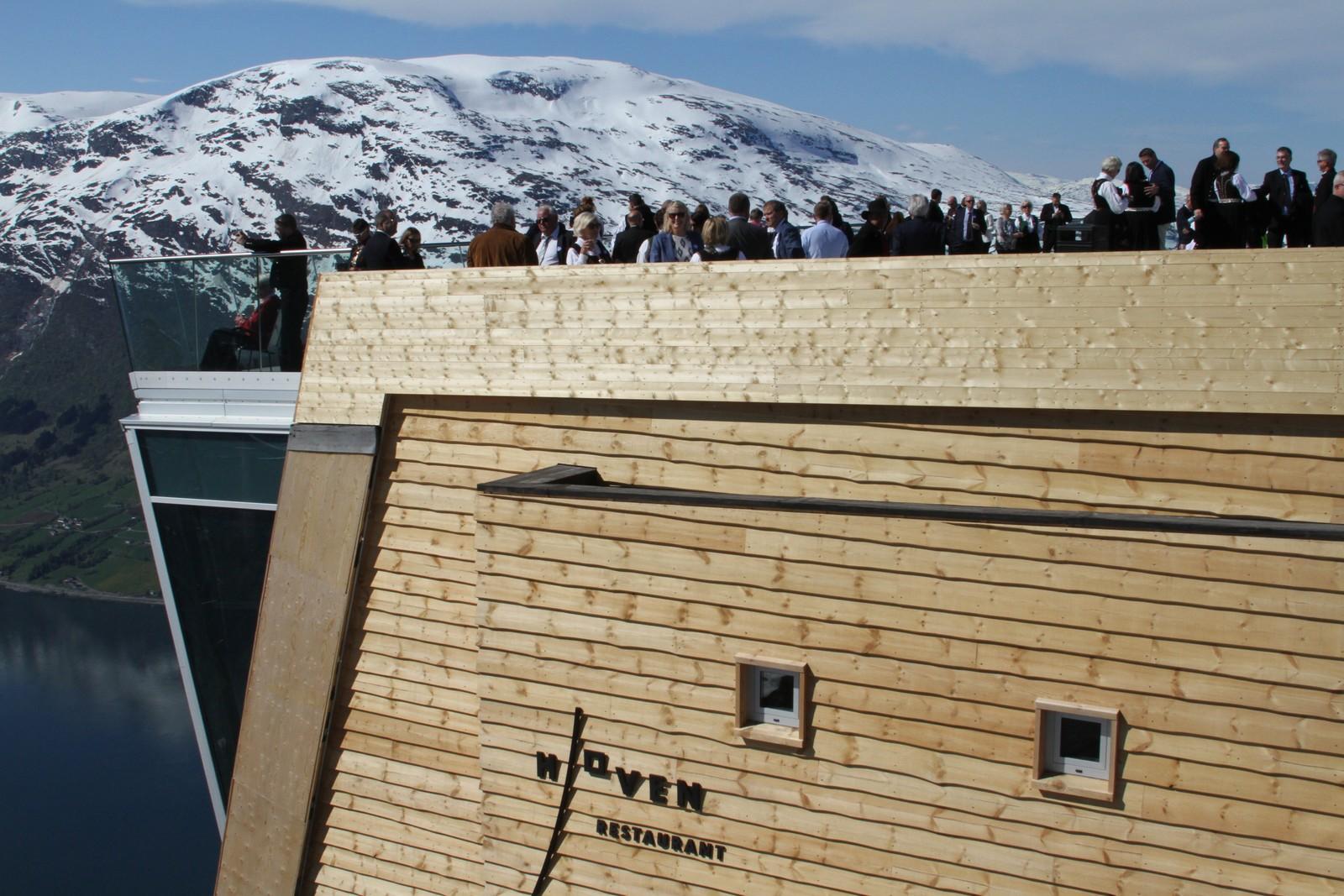 FESTKLEDDE: Gjestene ventar på dronninga på toppen av Loen Skylift og Hoven restaurant.