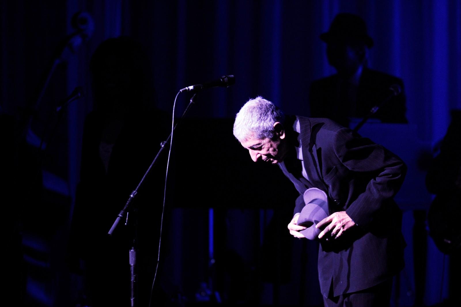 TAKKER FOR SEG: Cohen tar av seg hatten for publikum etter en konsert i Toronto i 2008.