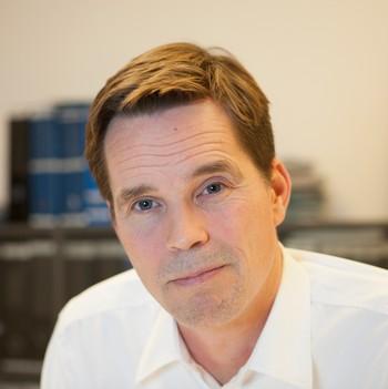Forsvarsadvokat Marius Dietrichson på kontoret