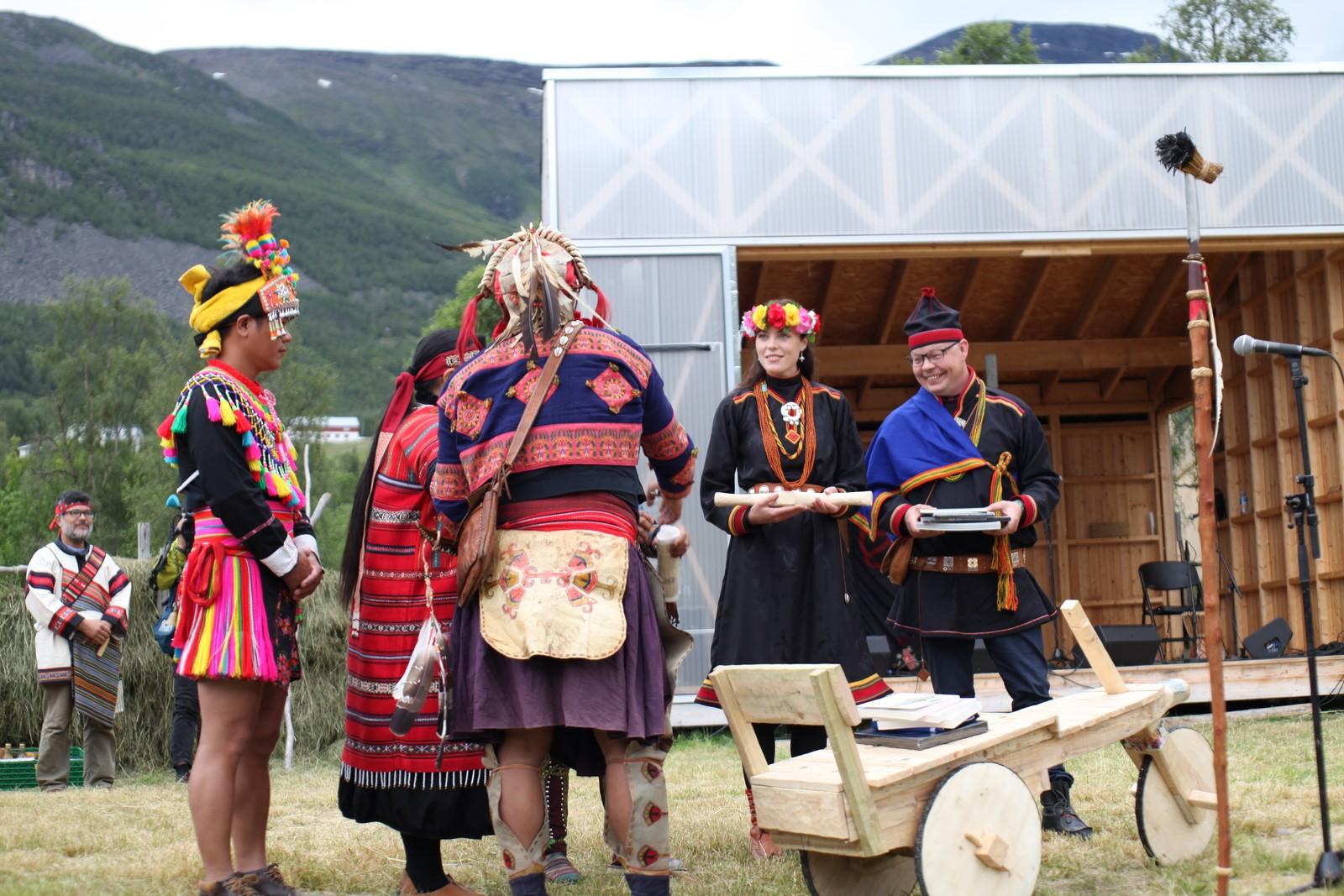 Karoline Trollvik og Henrik Olsen tok imot gaver til festivalen, fra alle de tre urfolksgruppene fra Taiwan.