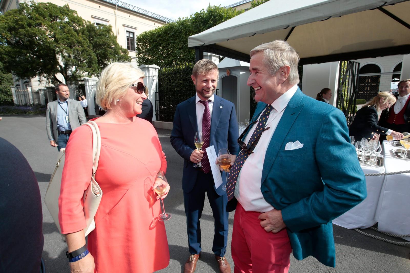 Siv Jensen har ankommet Slottsparken i forbindelse med kongeparets hagefest.
