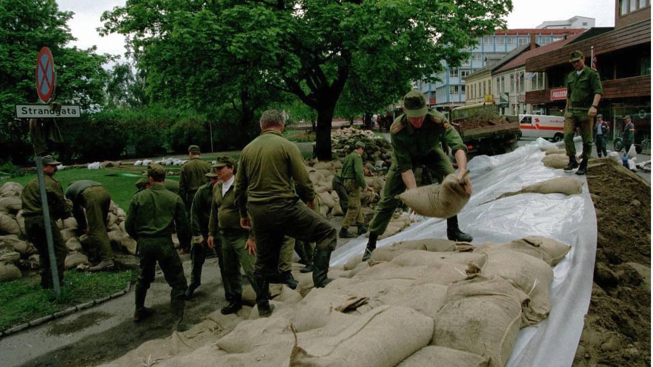 Soldater bygger flomvoll ved hjelp av sandsekker i Strandgaten i Hamar under flommen i 1995.