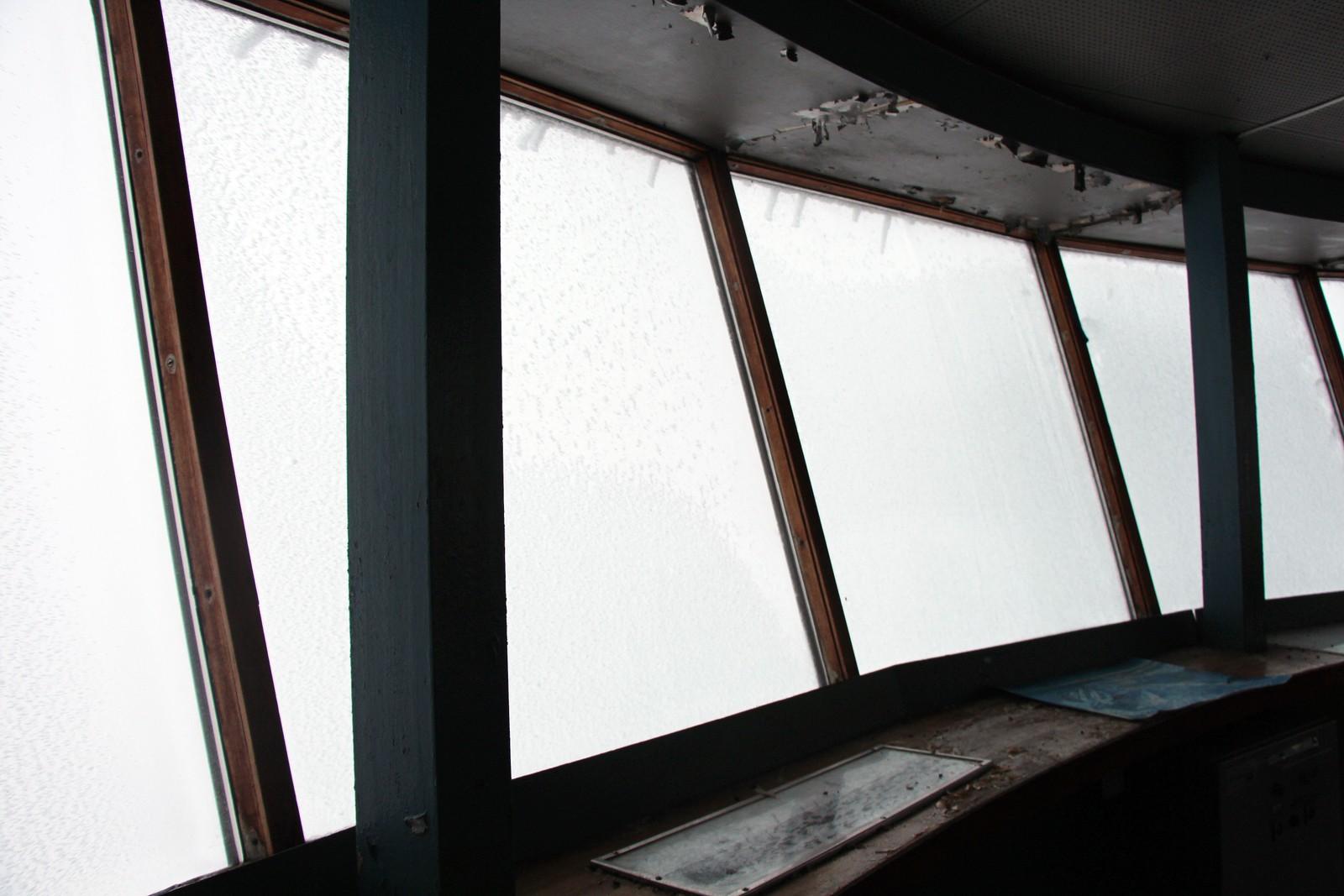 Tåke og is på vinduene sørget for null utsikt da NRK besøkte publikumsgalleriet 60 meter over bakken i januar 2017.
