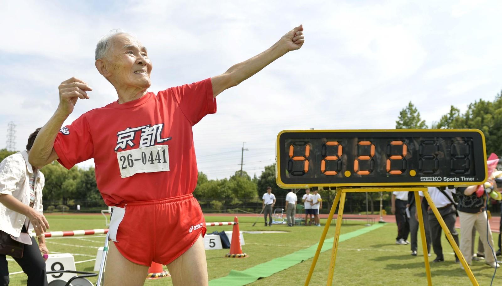 105 år gamle Hidekichi Miyazaki poserer som Jamaicas Usain Bolt. Denne uken satte han rekord som verdens eldste aktive sprinter med sin 100-meter på 42.22.