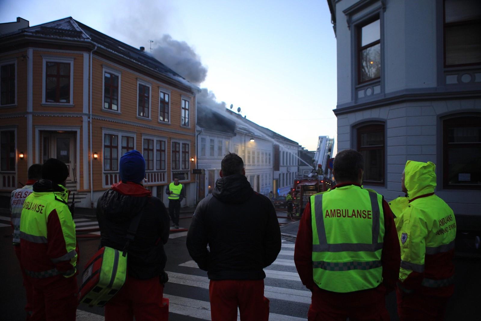 Brannvesenet i gang med slukningsarbeidet.
