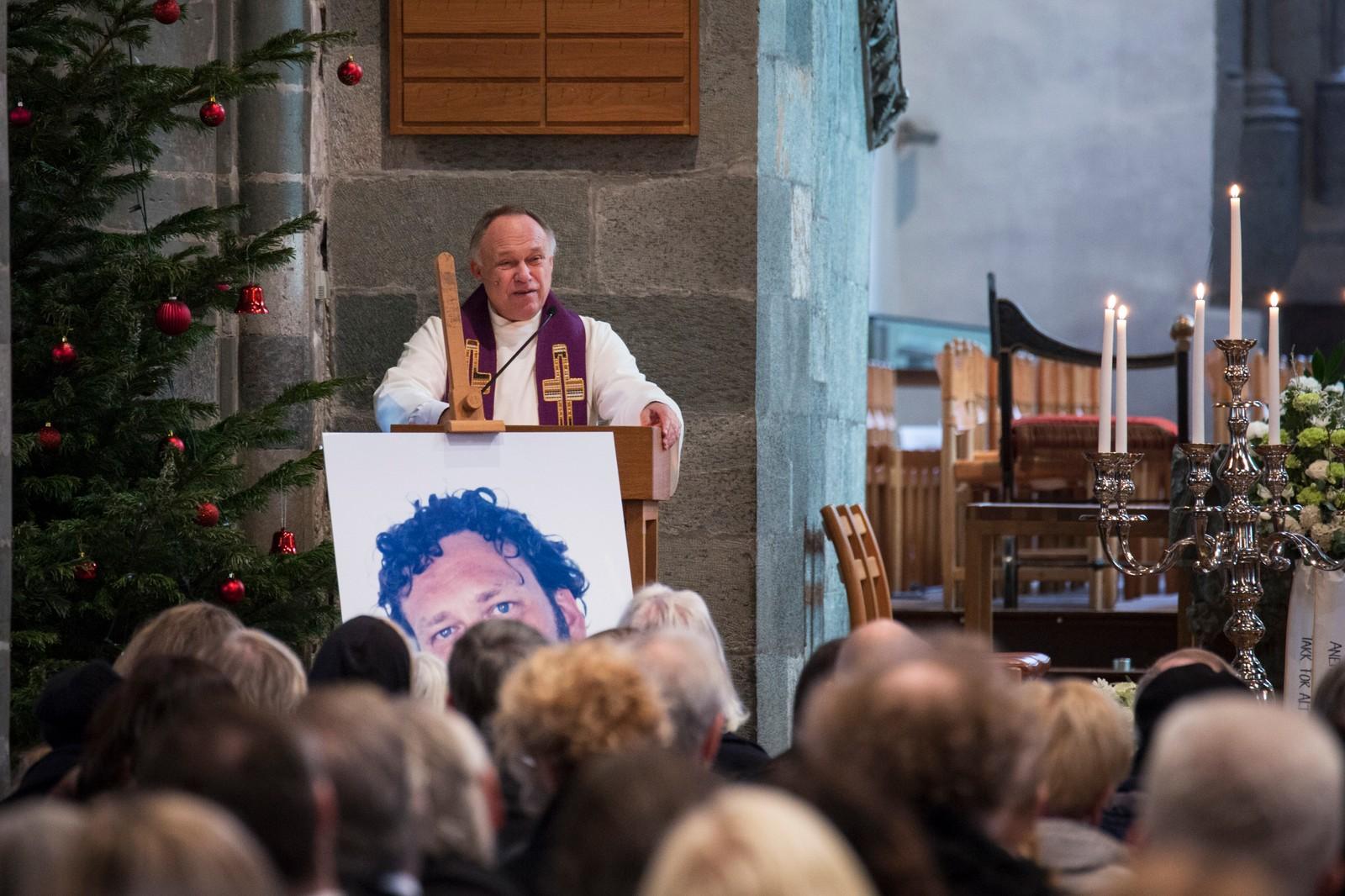 Prest Einar Arne Garlid ledet seremonien.
