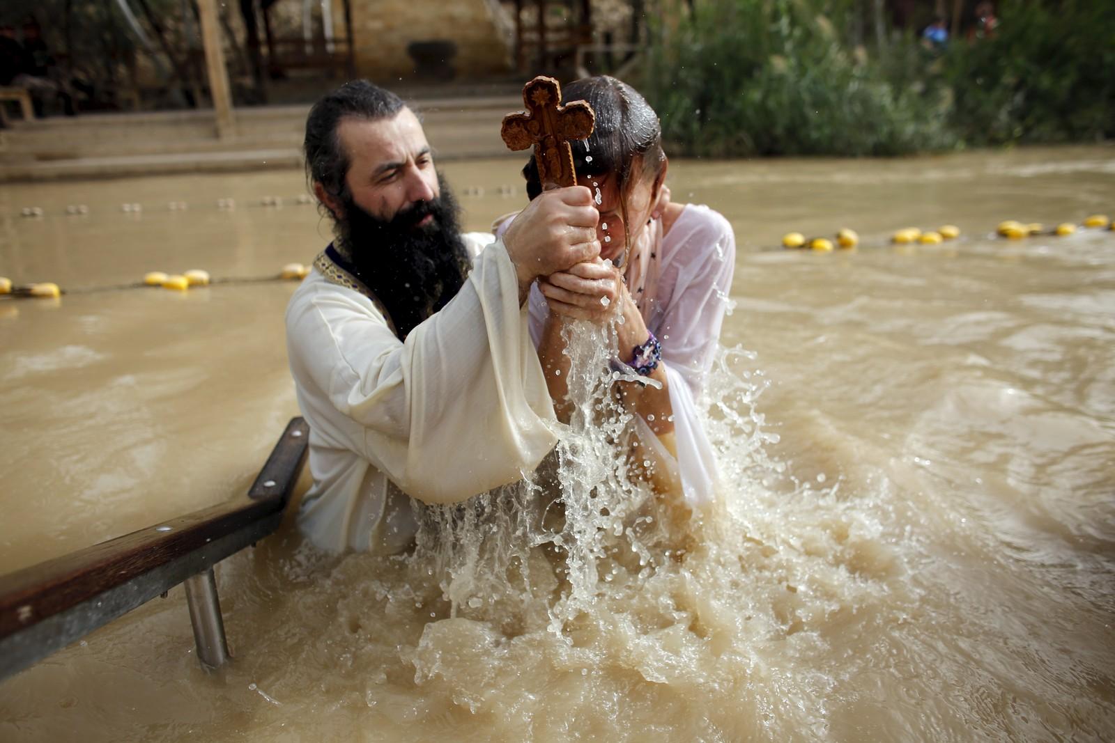 Og enda en kristen pilegrim får dukket seg i hellig vann. Denne blir døpt i Jordan-elven nær byen Jeriko, der flere tusen ortodokse kristne samlet seg på stedet man tror Johannes døperen døpte Jesus.
