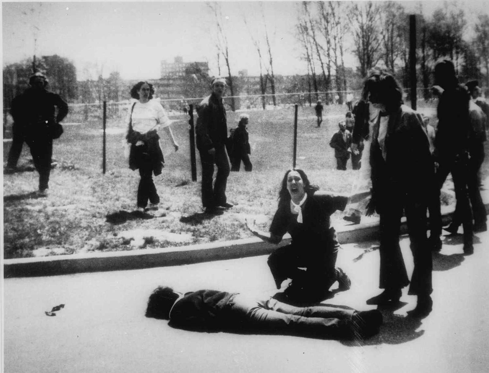 KENT STATE-DRAPET: Mary Ann Vecchio skriker ved kroppen til en student på Kent State-universitetets campus 4. mai 1970. Skytingen på Kent State kalles også 4. mai-massakren, da studenter ble skutt av nasjonalgarden i Ohio for å protestere mot amerikanernes invasjon av Kambodsja.