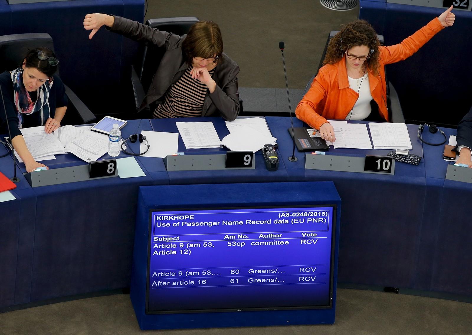 TOMMEL OPP ELLER NED? Medlemmer av EU-parlamentet avga torsdag sin stemme i Strasbourg i Frankrike under avstemningen om EUs passasjernavnregister. EU-direktivet vil pålegge flyselskapene å levere ut passasjeropplysninger til EU-landene for å bekjempe terrorisme og annen alvorlig kriminalitet.