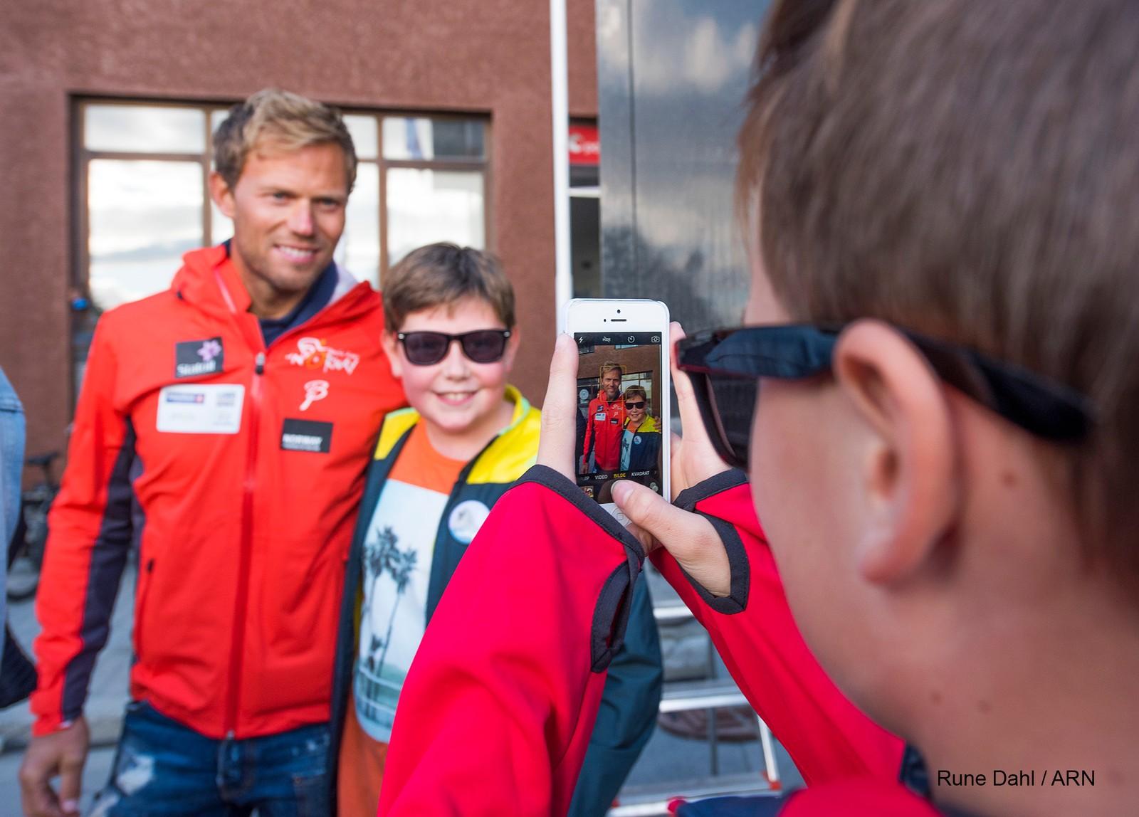 Mange ønsket å ta bilde med tidligere sykkelproff Thor Hushovd.
