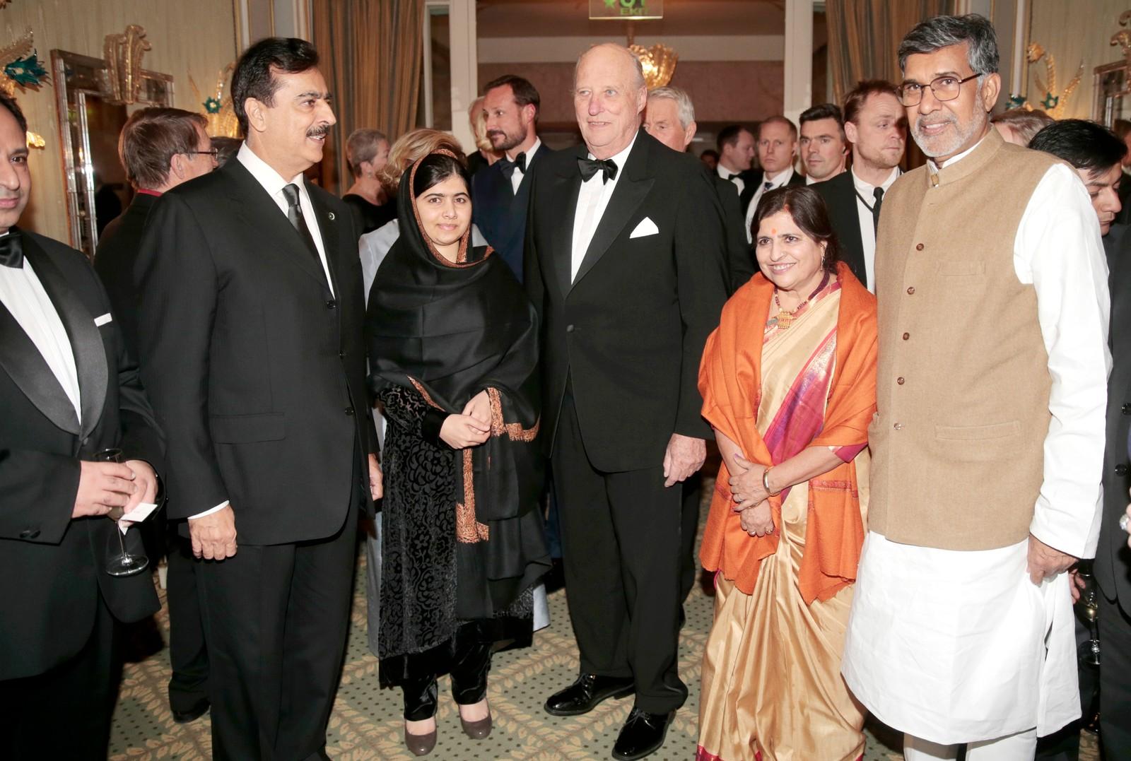 FESTMIDDAG: Fredsprisvinnerne sammen med (f.v.) Pakistans tidligere statsminister Yousaf Raza Gilani, kong Harald og Kailash Satyarthis kone Sumedha.