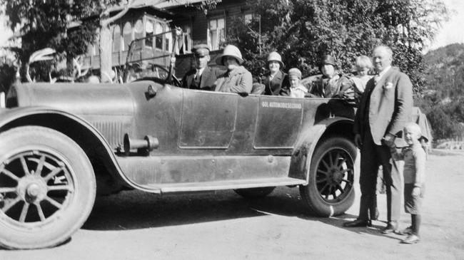 Ein bil tilhøyrande Gol Automobilselskab på Maristova på 1920-talet. Mannen til høgre attmed bilen er Lars A. Nesse, som i mange år var styreformann i Gol-Lærdal-Maristubilene. Ukjend fotograf. Eigar: Fjord1 Sogn Billag/Fylkesarkivet i Sogn og Fjordane.