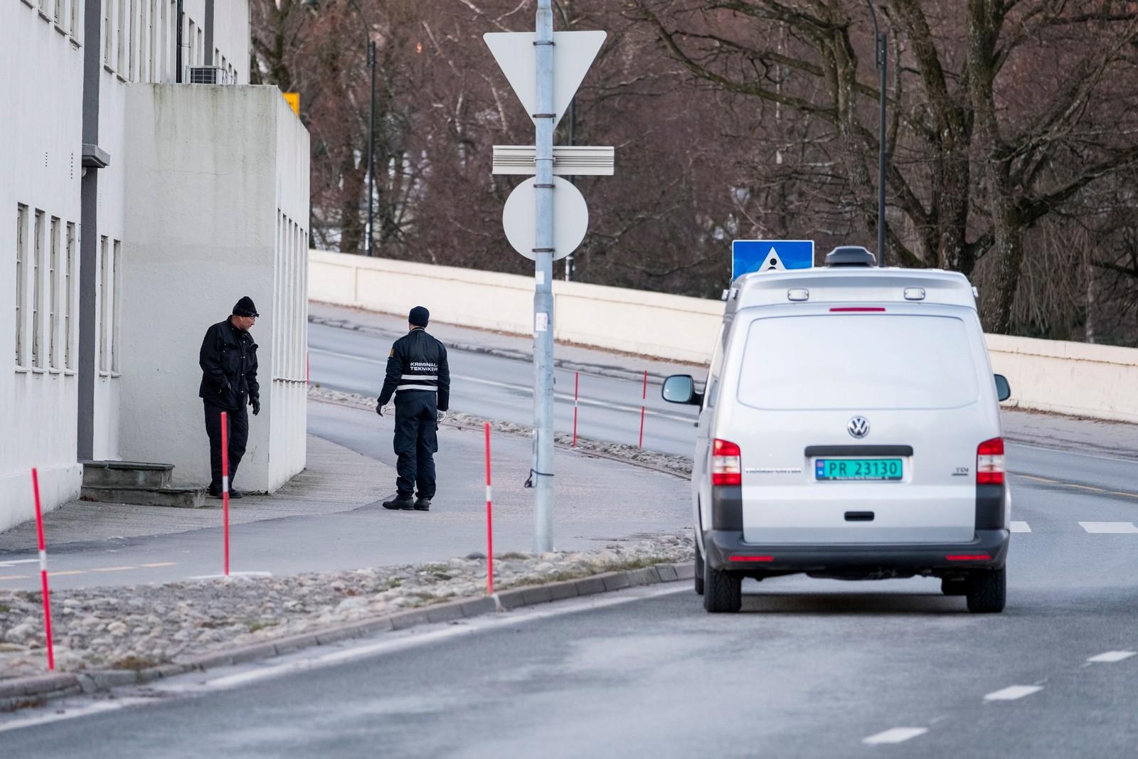 Politifolk jobbet på stedet i flere timer etter hendelsen.