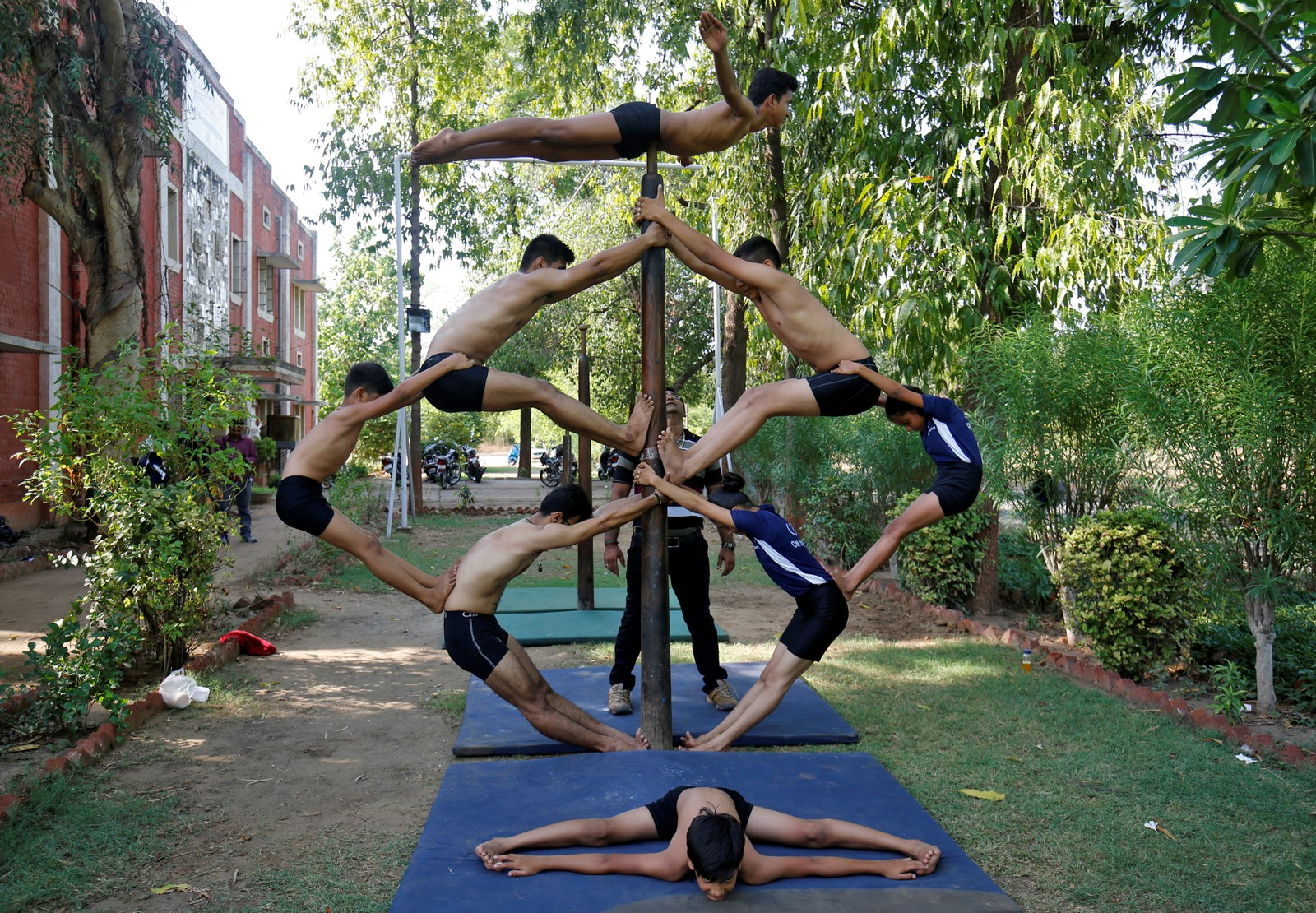 """De skal feire høytiden Rath Yatra, og tradisjonell indisk gymnastikk av typen """"Malkhamb"""" må dermed til."""
