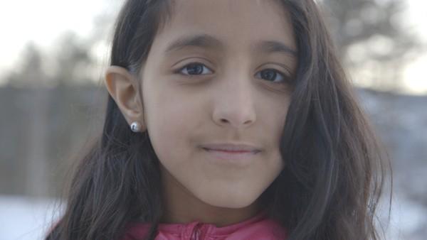 Norsk dokumentarserie. Abrar (9) og familien hennes måtte forlate bestemor i  krigsherjede Jemen, og skape seg et nytt liv på Otta.Hva skjer med vennskapet med Kathrine når Abrar må flytte fra asylmottaket til et nytt hjem på Dokka?