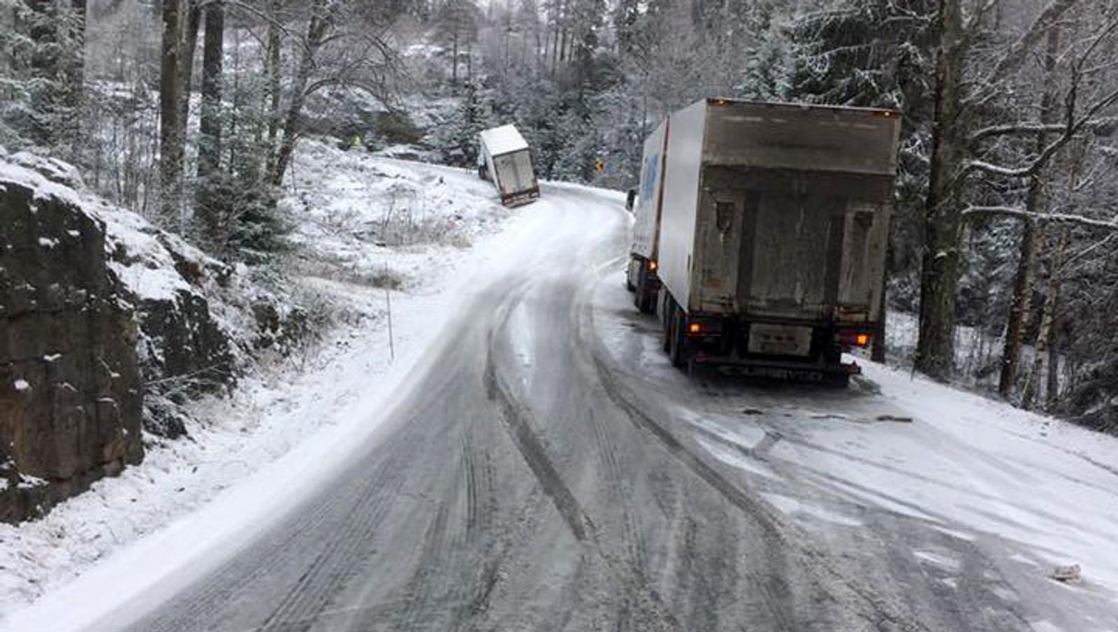 Ved Trøsken i Sarpsborg har snøen skapt problemer for flere vogntog.