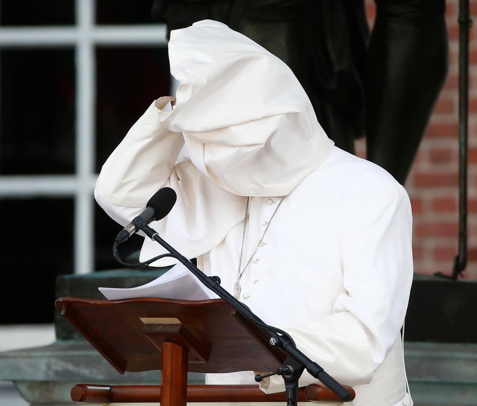 En vind fra oven dekker til Pave Frans mens han forsøker å tale til en forsamling i Philadelphia, USA.