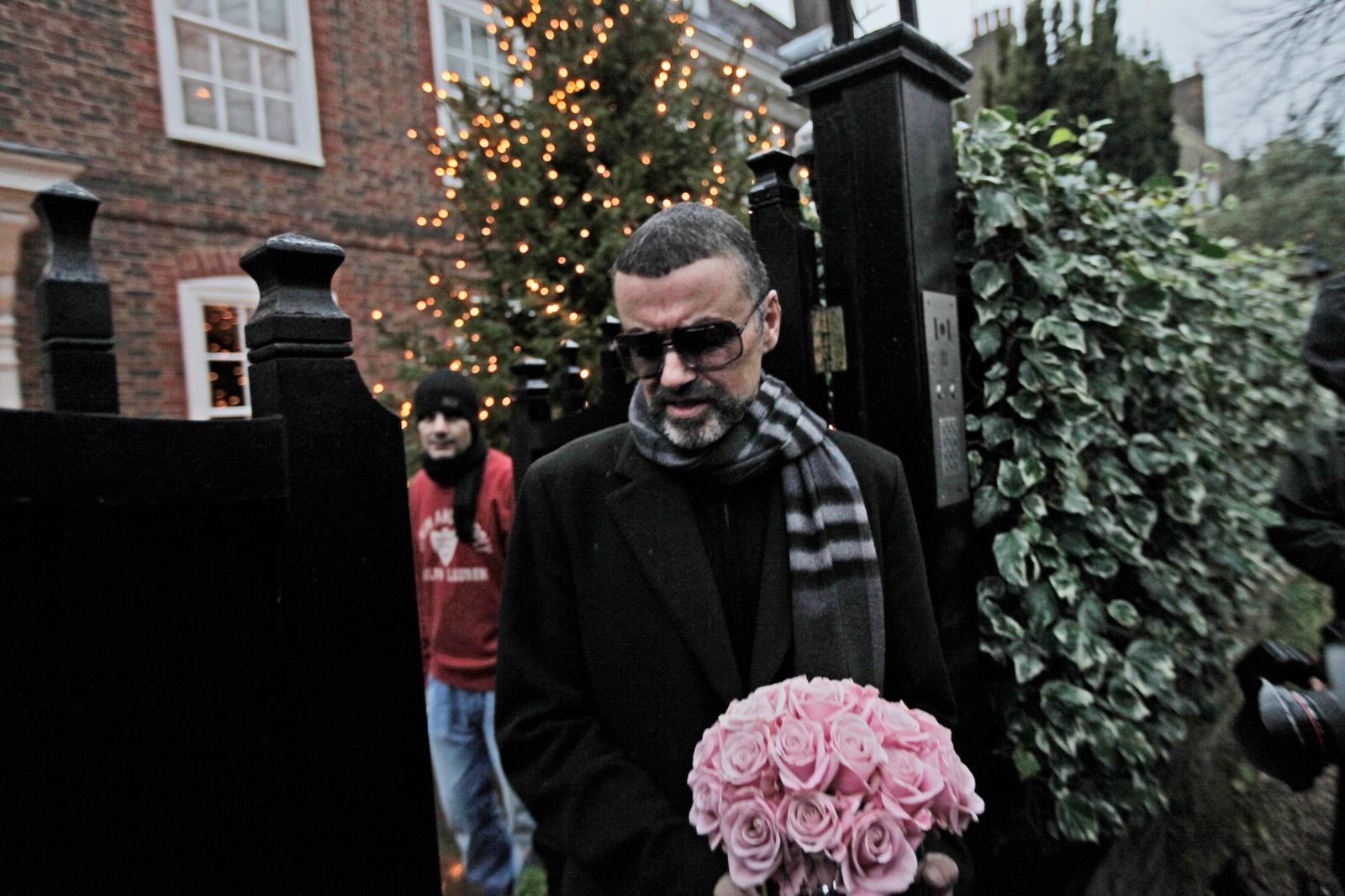 2011: George Michael utenfor huset sitt etter at han var sengeliggende med alvorlig lungebetennelse julen 2011.