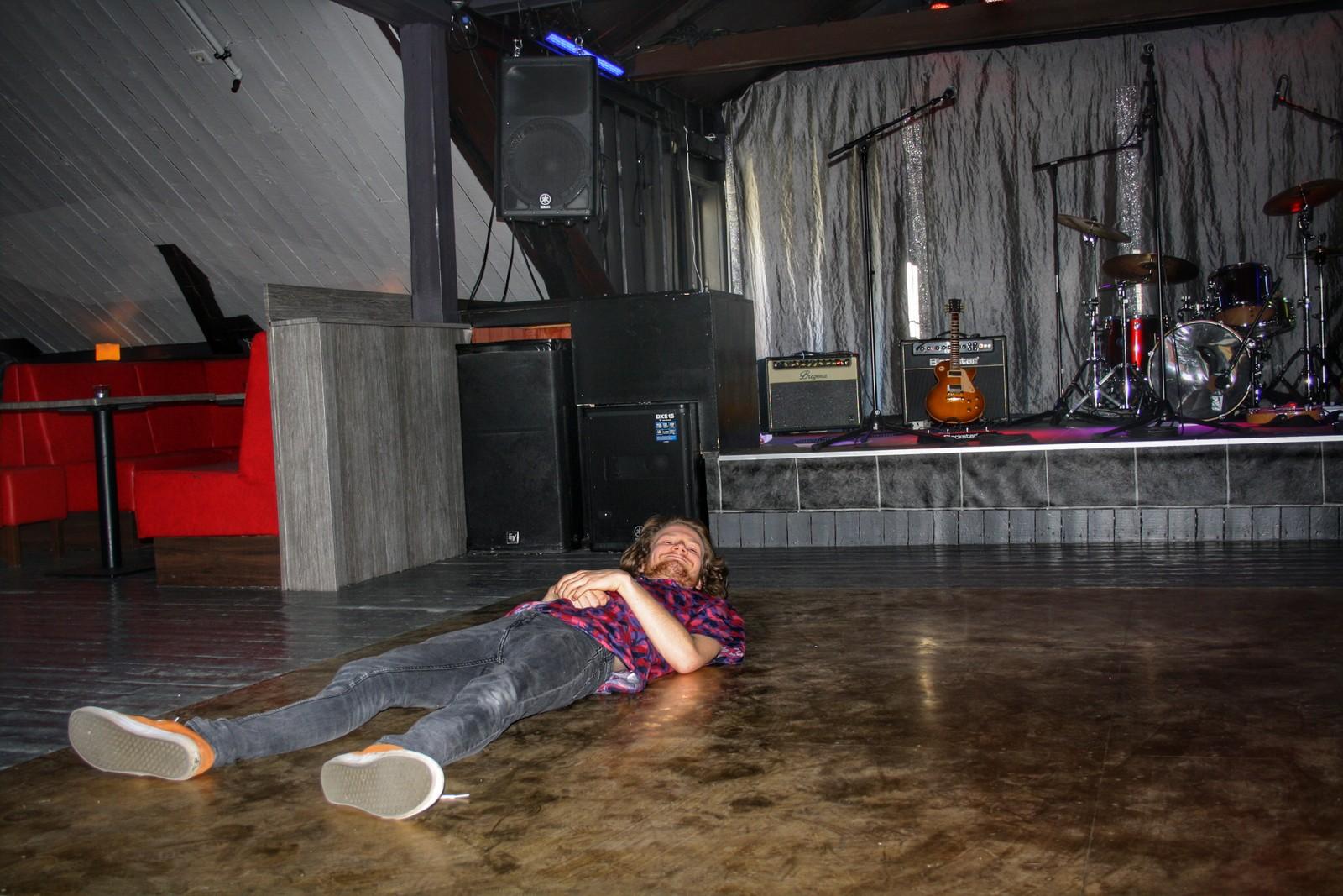 Mads Jørstad Paulsen i Punkbandet Hate This tar seg en time-out mellom lydsjekk og konsert på Lucky.