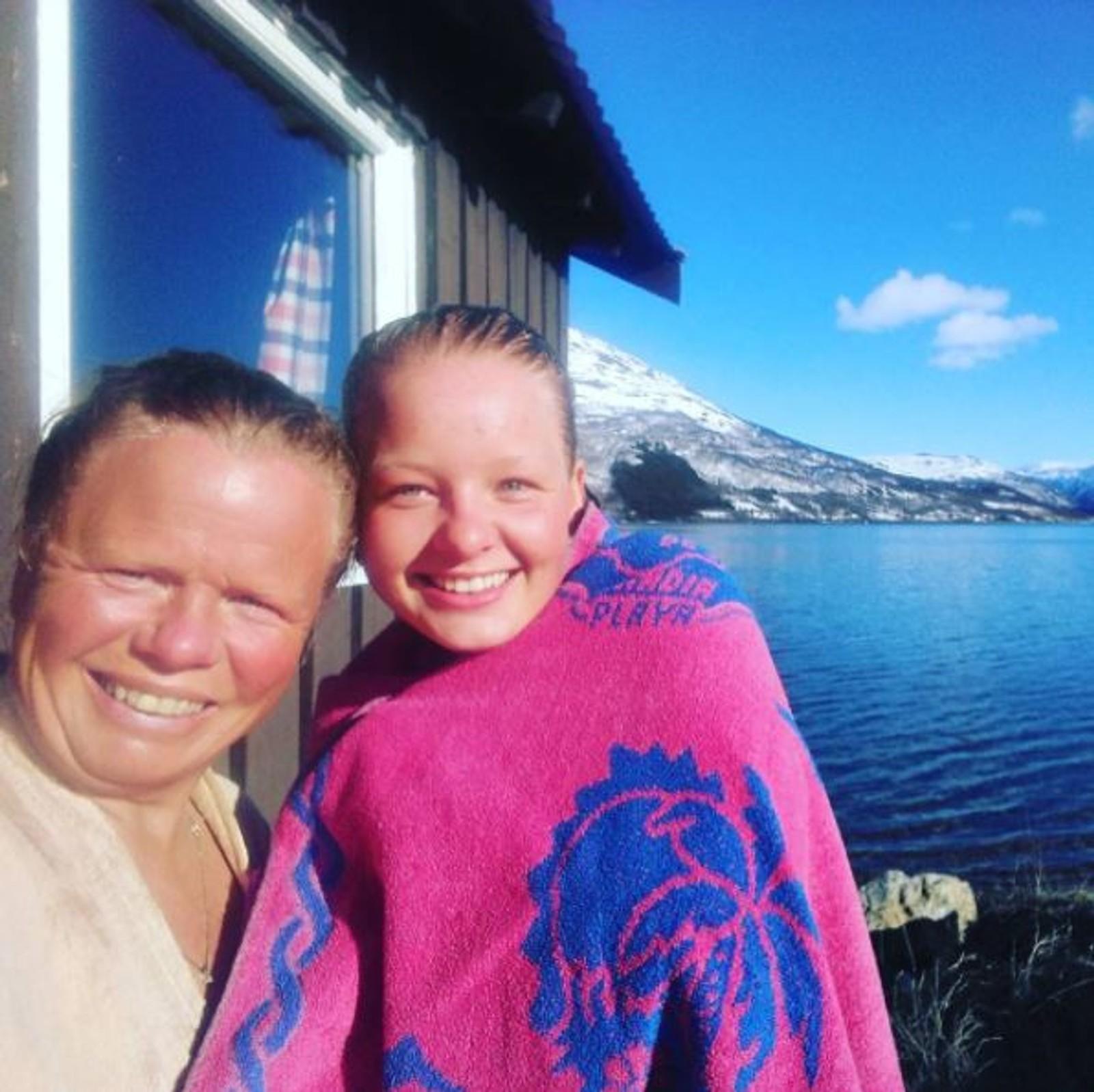 Marianne Skjøthaug og Mina har allerede tatt årets første bad i Langfjordbotn.
