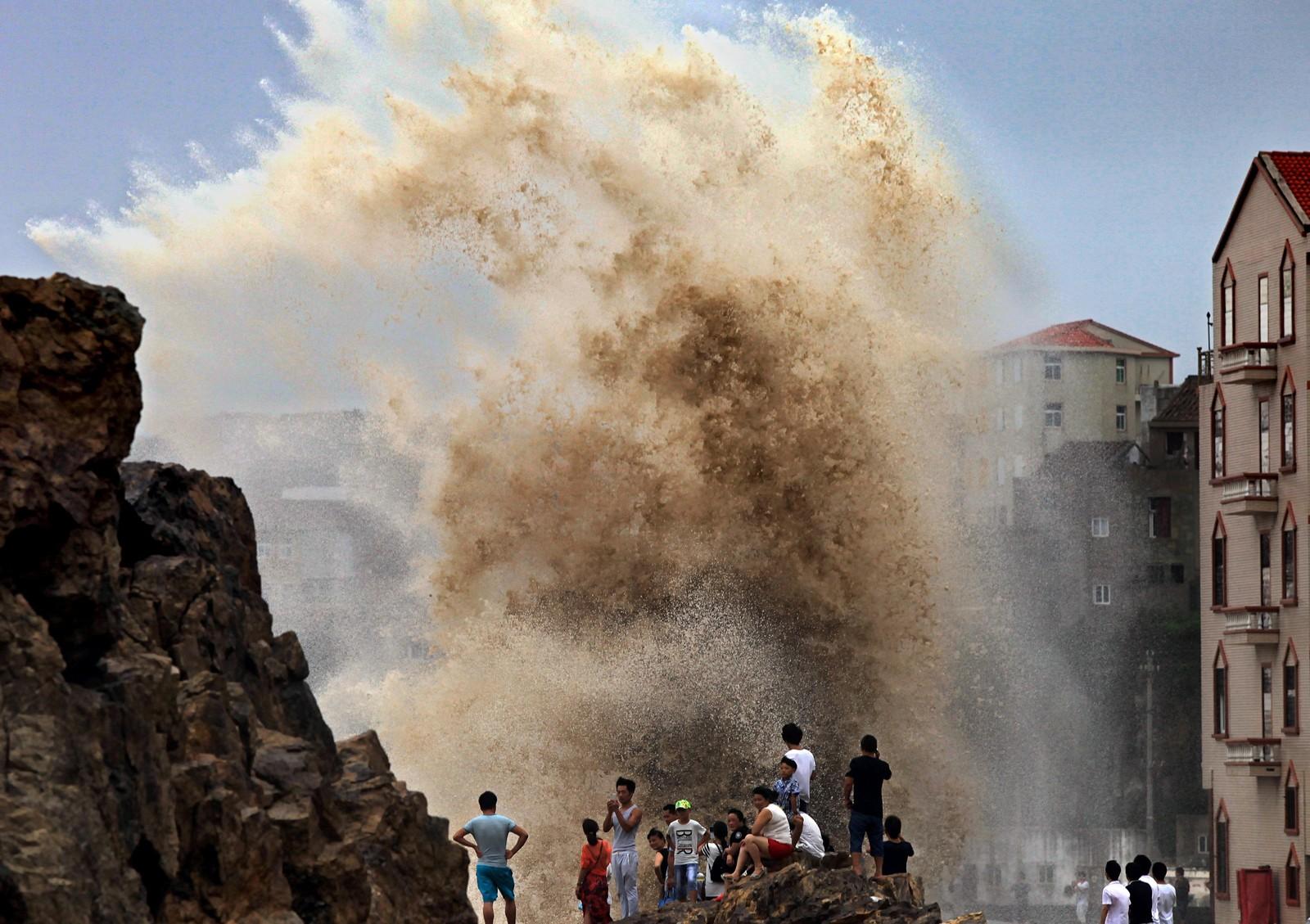 Gigantbølger slo inn over gatene i Wenling i Kina da tyfonen Soudelor herjet i august.