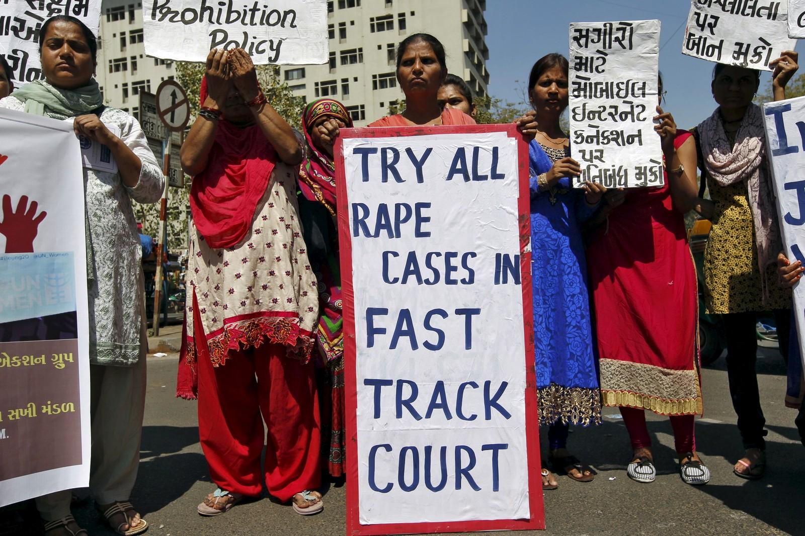 INDIA: Aktivister fra en lokal kvinneorganisasjon i Ahmedabad demonstrerer på kvinnedagen. Voldtekt og overgrep mot kvinner er fortsatt et stort problem i India.