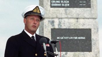Kong Harald ved partisanerbautaen i Kiberg i 1992