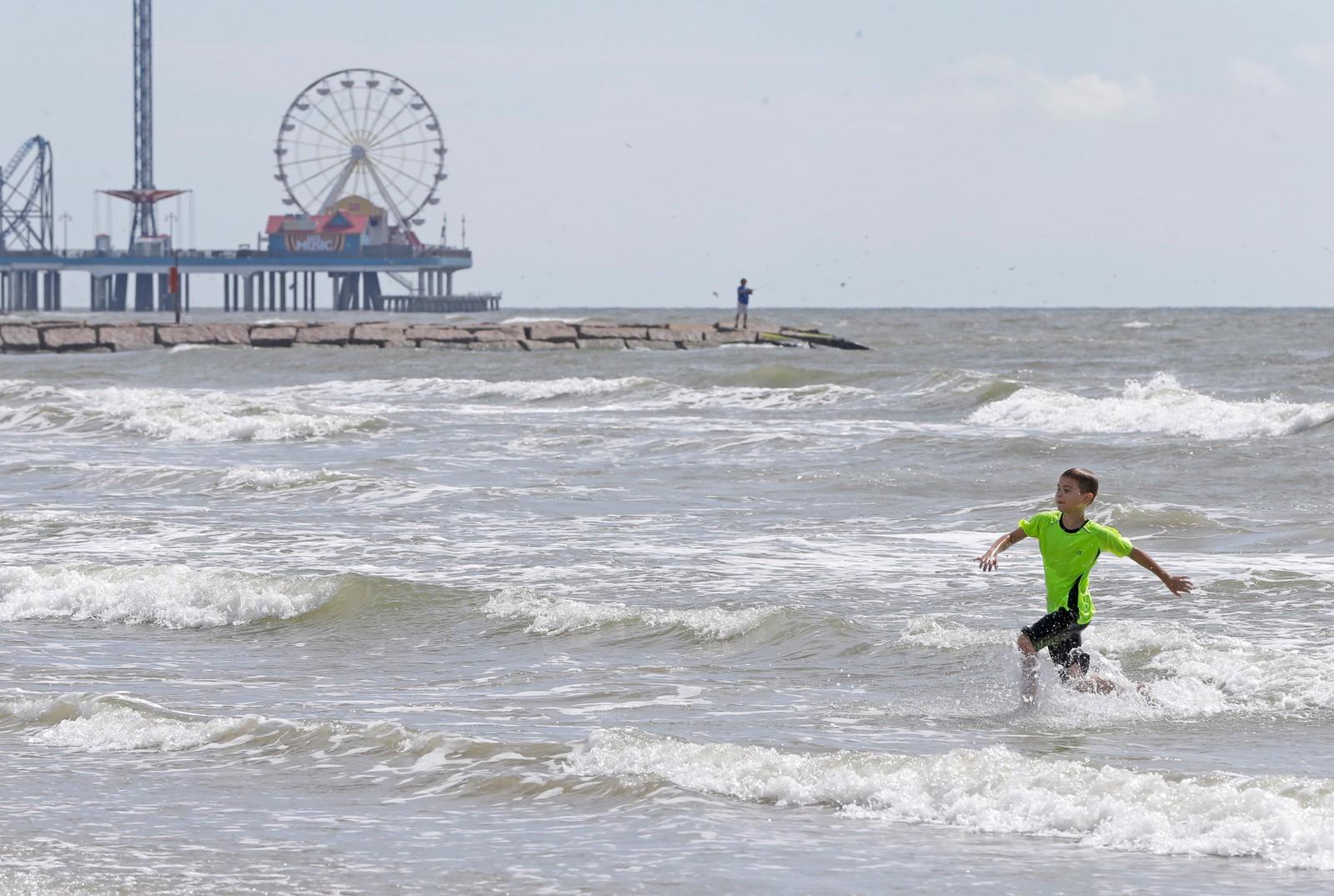 Caleb Armstrong (9) leker på stranda i Venus Texas. Allerede torsdag kunne man se tegn på at uværet var på vei.