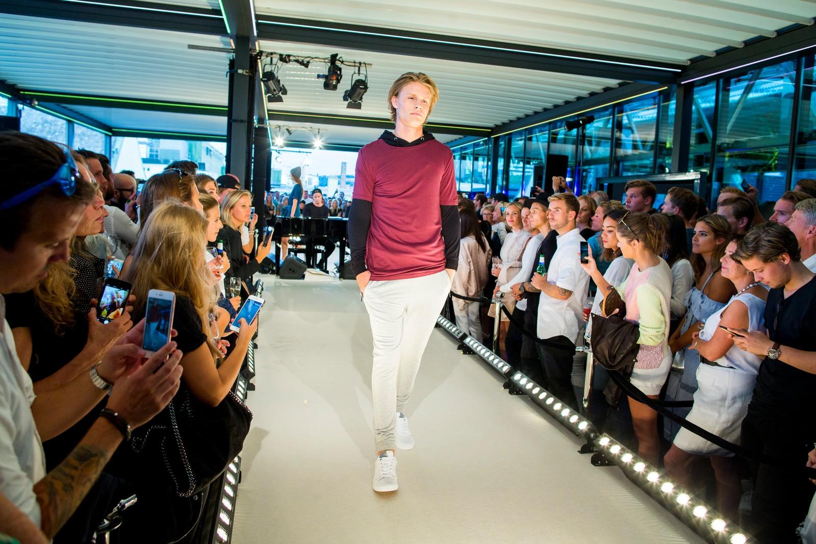 Kleskolleksjon Kygo Life ble lansert på Steen og Strøm i Oslo onsdag kveld. Kygo selv spiller på pianoet i bakgrunnen.