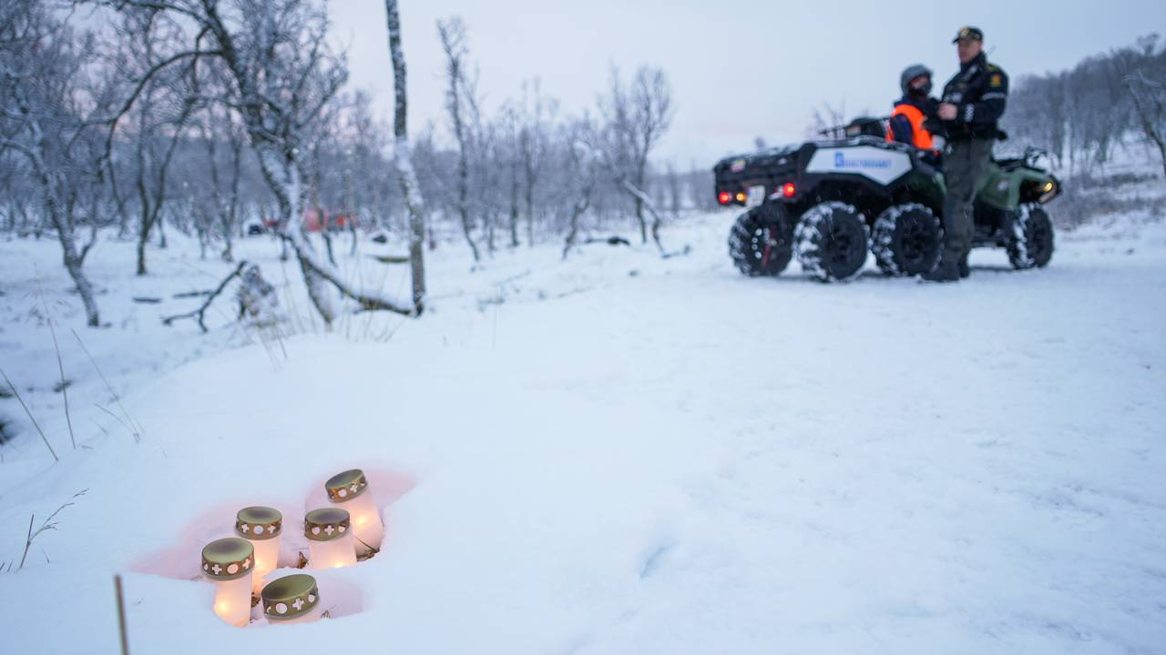 Branntomta etter hyttebrann i Risøyhamn, snø, sperrebånd fra politiet